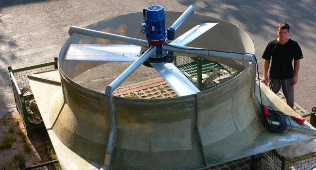 Ventilatore diametro 2600mm con motoriduttore 3KW - 300rpm, in grado di fornire 180000m3/h; utilizzato in torri evaporative e per applicazioni con presenza di aria inquinata